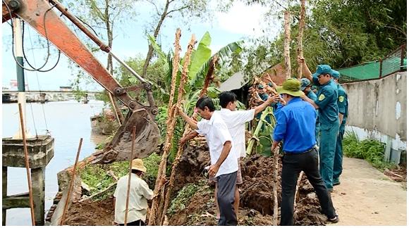 Huyện Long Hồ khẩn trương gia cố đê bao bị sạt lở chuẩn bị ứng phó các đợt  triều cường