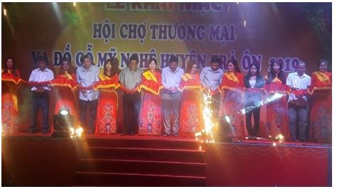 Khai mạc Hội chợ thương mại và đồ gỗ mỹ nghệ tại huyện Trà Ôn
