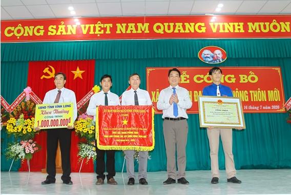 Long Hồ: Tổ chức lễ công bố xã Hoà Ninh đạt chuẩn xã Nông thôn mới